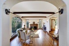 Żywy pokój z firepalce w luksusowym angielskim adiunkta domu fotografia royalty free