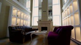Żywy pokój z wielką nadokienną grabą i kanapami zbiory