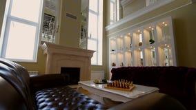 Żywy pokój z wielką nadokienną grabą i kanapami zdjęcie wideo