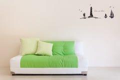 Żywy pokój z zielonobiałą kanapą inside Obraz Royalty Free