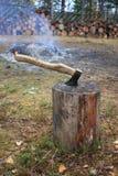 Yxa för hugga av trä. Royaltyfria Foton
