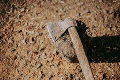 Yxa i stubbeyxan som är klar för att klippa timmer Snickerihjälpmedel Skogsarbetare Axe i trä royaltyfria foton