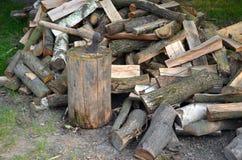 Yxa och trä Arkivbild
