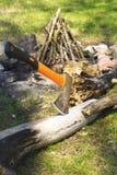 Yxa som klibbas i trädstammen Fotografering för Bildbyråer