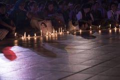 YY受害者的蜡烛敲击由从明古鲁省Indone的14个男孩 库存照片