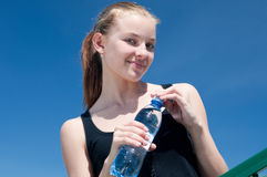 Yyoung woman drinking water after exercise Royalty Free Stock Images