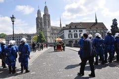 ZÃ ¼ bogaty miasto: policja blokuje most między Grossmin obrazy royalty free