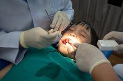 Zębu checkup przy dentysty ` s biurem Dentysta egzamininuje dziewczyna zęby w dentysty krześle zdjęcia stock