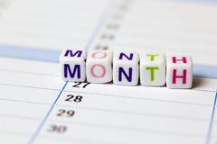 Zählen von Würfeln auf einem weißen Hintergrund der Wort Monat Lizenzfreie Stockbilder