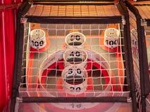 Zählender Bereich des skee Ballspiels hinter einem Netz mit Werten von 10 bis 100 stockfotos