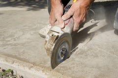 Zählender Beton mit einem Winkel-Schleifer Lizenzfreies Stockbild
