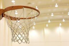 Zählender Korb im Basketballplatz Lizenzfreies Stockbild