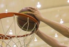 Zählender Korb im Basketballplatz Stockfotos
