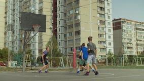 Zählender Punkt sportlichen streetball Spielers nach Layup stock video
