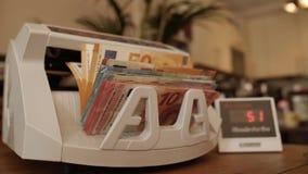Zähler des elektronischen Geldes mit verschiedenen Eurobanknoten stock video footage