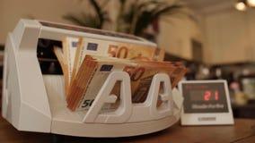 Zähler des elektronischen Geldes mit verschiedenen Eurobanknoten stock video