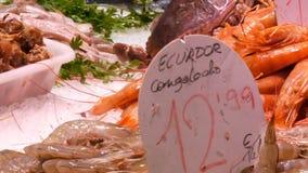 Zähler mit frischen verschiedenen Fischmiesmuschelgarnelenkrebstieren auf Eis der Fischmarkt von La Boqueria, nützliche Meeresfrü stock video