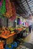 Zähler mit Frucht und Lametta auf der Straße der alten Stadt herein Stockfotos