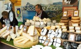 Zähler mit Käse Stockbild