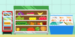 Zähler mit Lebensmittel, Gemüse und Früchten Kühlschrank mit alkoholfreien Getränken Schaukasten mit Fleisch, Fischen und Würsten Lizenzfreie Stockfotos