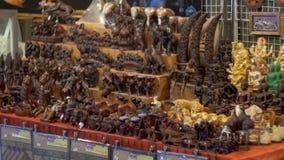 Zähler mit thailändischen Andenken im Nachtmarkt von Jomtien thailand Pattaya stock footage
