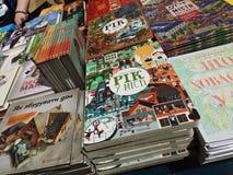 Zähler mit vielen hellen Büchern in einem festen Einband auf der Buchausstellung im Arsenalmuseum in Kiew lizenzfreie stockbilder