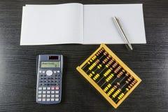 Zählung auf einem alten Abakus oder einem neueren Taschenrechner Lizenzfreies Stockbild