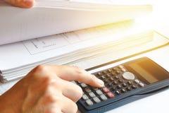 Zählung auf Rechner Einsparungen, Finanzen, Wirtschaft Nahaufnahme p Lizenzfreie Stockbilder