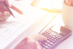 Zählung auf Rechner Nahaufnahmefoto eines businessman& x27; s-Hand, die auf Taschenrechner im Büro oder im Haus zählt Stockfotografie
