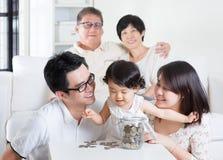 Zählung der Münzen Stockfoto