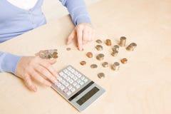 Zählung der Münzen stockfotos