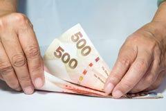 Zählung des Geldes Stockfoto