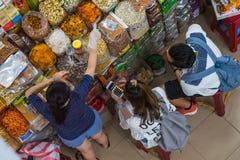 Zählung von Ausgaben beim Einkauf in der Reise lizenzfreie stockbilder