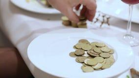 Zählung von Münzen stock footage