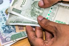 Zählung von Währung der indischen Rupie, Geld stockbilder