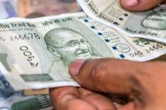 Zählung von Währung der indischen Rupie, Geld stockfoto