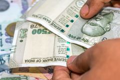 Zählung von Währung der indischen Rupie, Geld lizenzfreie stockfotos