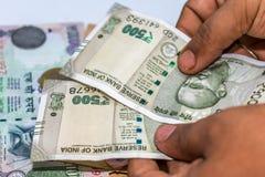 Zählung von Währung der indischen Rupie, Geld lizenzfreie stockfotografie