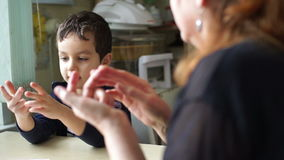Zählungen des kleinen Jungen auf den Fingern stock video