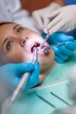 Zähne überprüfen geöffneten Mund und zahnmedizinische Hilfsmittel Lizenzfreies Stockfoto