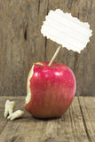 Zähne gegen roten Apfel Lizenzfreie Stockfotografie