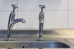 Zła instalacja wodnokanalizacyjna Zły dostosowywający zlew klepnięcie Faucet z limescale zdjęcia royalty free