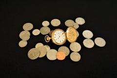 Złocista pocketwatch kopii myśliwego skrzynka z monetami fotografia stock