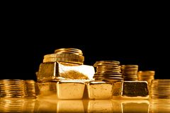 Złociste sztaby i sterta monety Tło dla finansowego bankowości pojęcia Handel w metal szlachetny zdjęcia stock