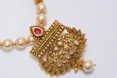 Złoto matrycująca biżuteria - Galanteryjnego projektanta złoty długo ustawiający makro- wizerunek obrazy royalty free