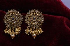 Złoto matrycująca biżuteria - Galanteryjnych projektantów złotych kolczyków makro- wizerunek zdjęcie stock