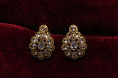 Złoto matrycująca biżuteria - Galanteryjnych projektantów złotych kolczyków makro- wizerunek fotografia royalty free