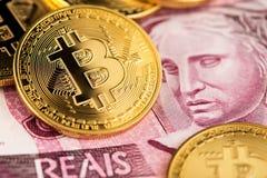 Złoty Bitcoin cryptocurrency i Argentyna peso banknoty zamykamy w górę wizerunku obraz royalty free