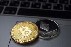 Złoty bitcoin i Ethereum monety na laptopie Cyfrowej waluta pieniądze wirtualny Metal monety bitcoin Biznes, reklama, fotografia stock