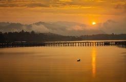 Złoty ranku światło Mon most jest długim drewnianym mostem Oficjalna nazwa jest Attanusorn mostem Jest trasa wieśniacy zdjęcie royalty free